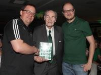 Mit dem großen Helfer und Rapideumkoordinator Laurin Rosenberg und Rapid-Legende Alfred Körner, der das erste Exemplar erhielt Rc Gepa Pictures